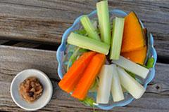 「食べるバーニャカウダ」を野菜につけて前菜に